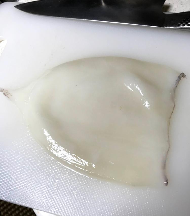 <p>5.身の部分はエンペラを外し、開いて皮を剥く。</p>