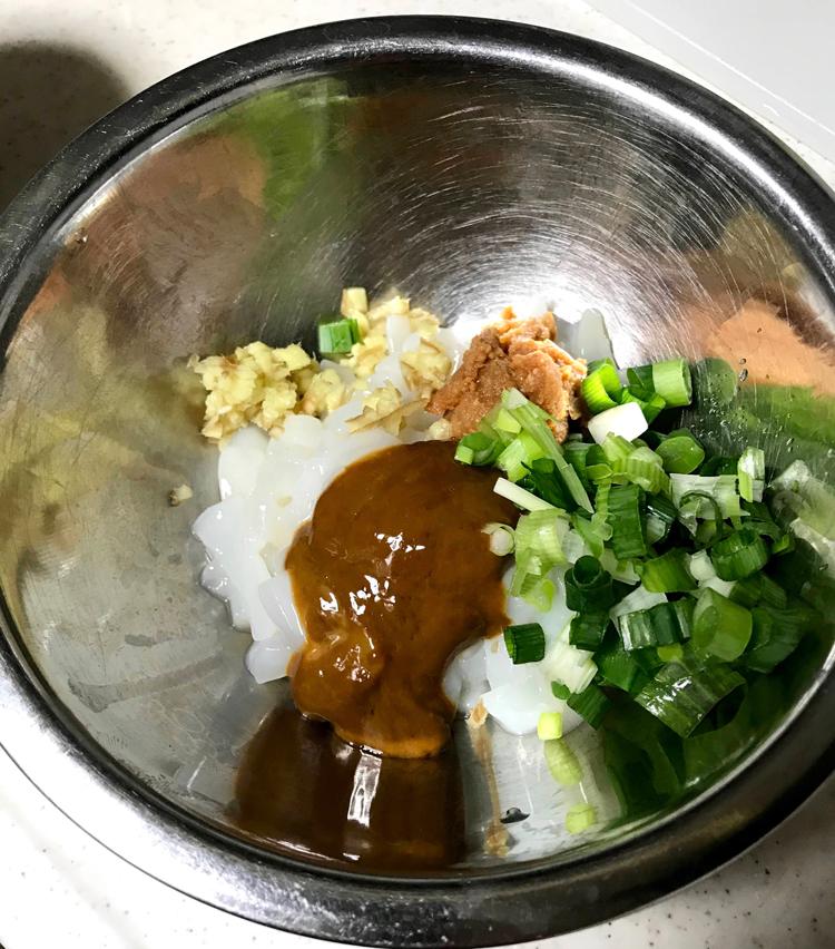 <p>3.ボウルに移し、分葱、生姜みじん切り、こそいだ肝大さじ1くらい、味噌大さじ1を入れ、よく混ぜる。</p>