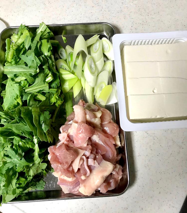 <p>3. 煮出している間に、鍋の具材を準備。<br /> 鳥もも肉はひと口大に切る。春菊は5cmくらいに切り、長ネギは斜め切りに。大根はおろしておく。豆腐は食べやすい大きさに切る。</p>