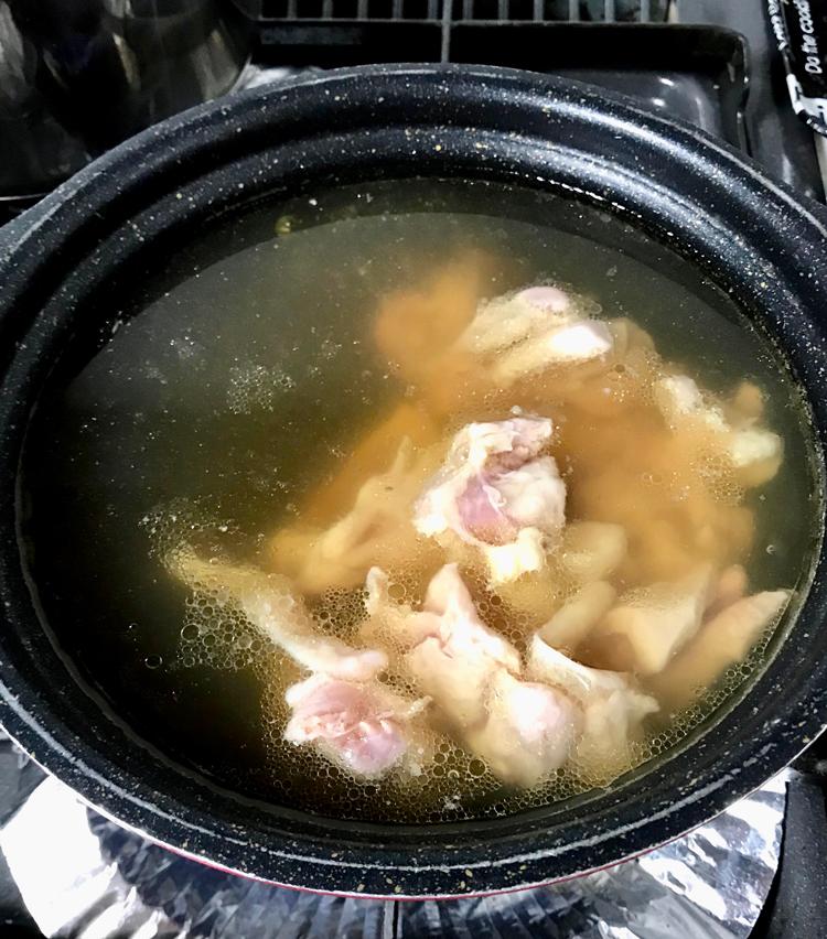 <p>4. 先程の出汁に酒大さじ1、みりん大さじ1、出汁醤油大さじ2を加え、鳥もも肉を入れて火にかける。</p>