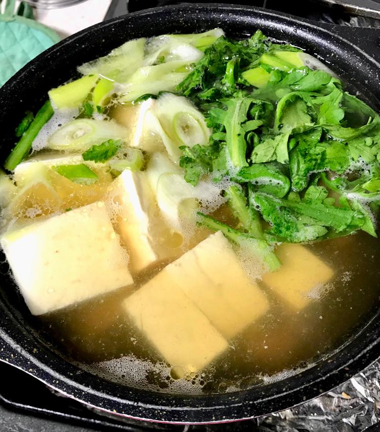 <p>5. 沸騰したら灰汁を取り、その他の具材も入れ、軽く煮たら完成。</p>