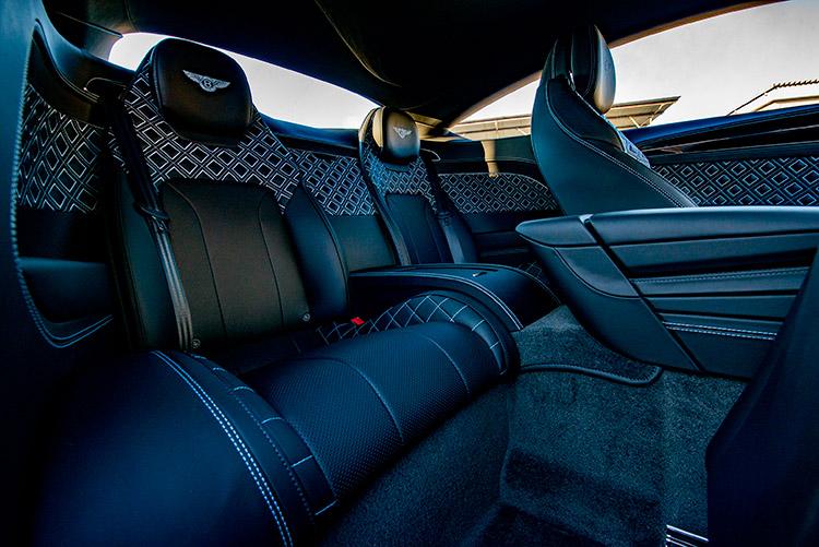 <p>後席のスペース、特に足下はやや狭めで、乗り降りは2ドアのため若干窮屈だが、座ってしまえば前席同様、ハイクオリティな内装に包み込まれる。</p>