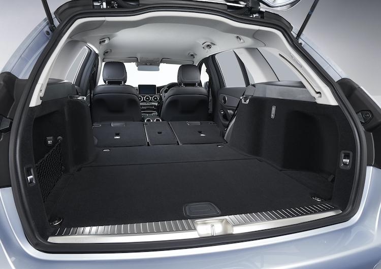 <p>ラゲージ容量は旧型より20リッター広い通常470リッターに。後席を倒せば最大1490リッターまで拡大する。ちなみにセダンのラゲージ容量は445リッター。</p>