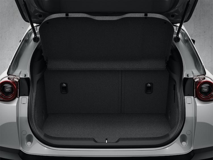 <p>ラゲージは400リッターを確保し、機内持ち込みサイズのスーツケース4個が積み込めるサイズに。フロア下にはサブトランクも用意される。</p>