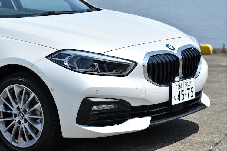 <p>新世代BMWデザインの大型シングルフレームを用いたキドニーグリルを採用。4灯式LEDヘッドライトが備わる。</p>