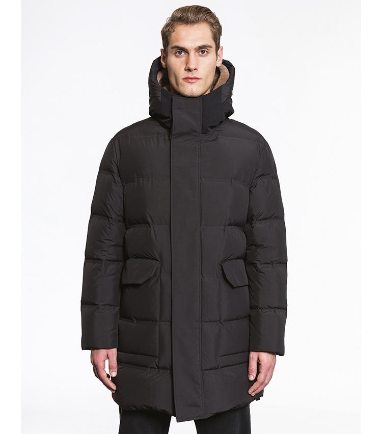 <p>首元や胴周りのボリュームがダウンジャケットとしての機能性を保証。シックなブラックカラーが都会に馴染む「CARBON」。9万8000円</p>