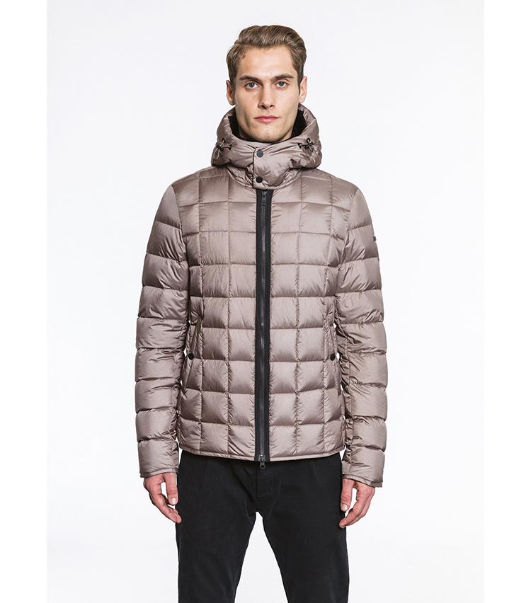 <p>スポーティなダウンジャケット型でありながら、光沢感あるベージュカラーがラグジュアリーな雰囲気を漂わせる「NIKY」。7万2000円</p>