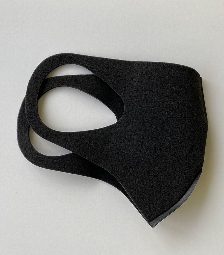 <p><strong>Y&Rの「PureiMASK」</strong></p> <p>ドライ度 ★★★<br /> 肌ざわり ★★☆<br /> クール度 ★☆☆<br /> フィット ★★☆</p> <p>街中でも目を引く、いわゆる「黒マスク」。この商品はグレーということだが、限りなく黒に近い。見た目のインパクトに反して柔らかい質感で、それでありつつ蒸れにくかった。(購入価格:1280円)</p>