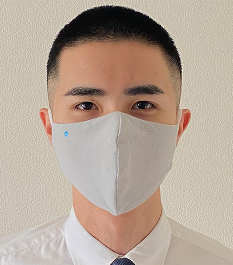 <p><strong>DR.C医薬の「医師×タオル職人が考えた ハイドロ銀チタン® ソフトガーゼマスク」</strong><br /> <strong>M.E.新入部員が着用してみた①</strong> </p> <p>ソフトな肌触り。表の上部分に「DR.C」の青のワンポイントマークがあるので、表裏や上下で迷わずにサッと着用することができる。</p>