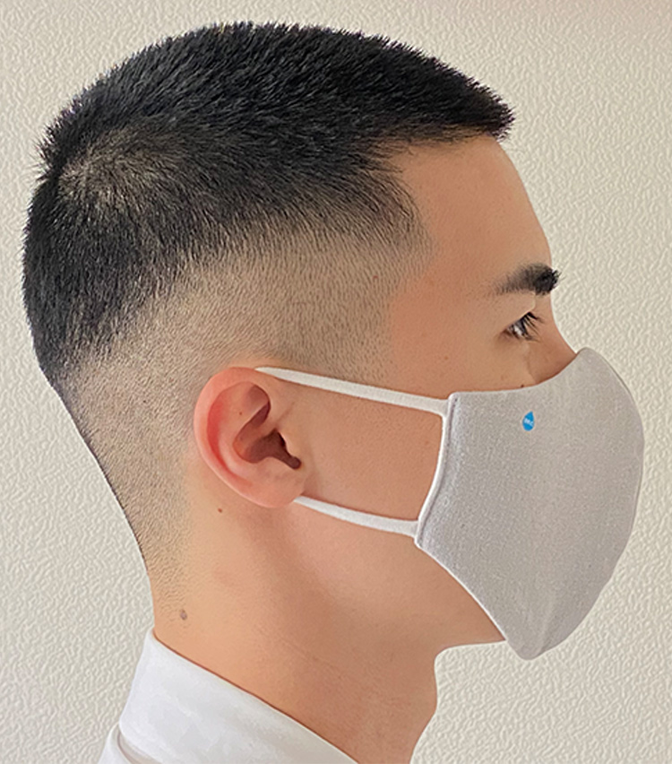 <p><strong>DR.C医薬の「医師×タオル職人が考えた ハイドロ銀チタン® ソフトガーゼマスク」</strong><br /> <strong>M.E.新入部員が着用してみた②</strong></p> <p>耳紐は、やや締め付け感が強い。長時間着用していると耳に若干の痛みがあった。</p>