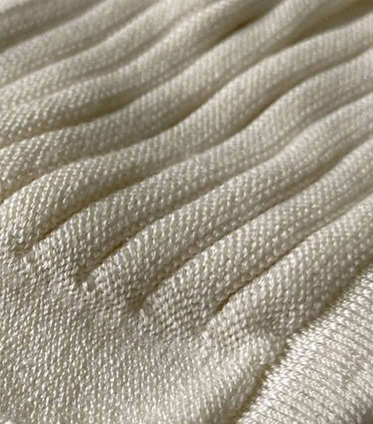 <p><strong>石川メリヤスの「ニットのプリーツマスク(シルク)」</strong><br /> <strong>素材感・手触り</strong><br /> シルクならではの柔らかな手触り。生地に凹凸の出る編み方が取り入れられている。</p>