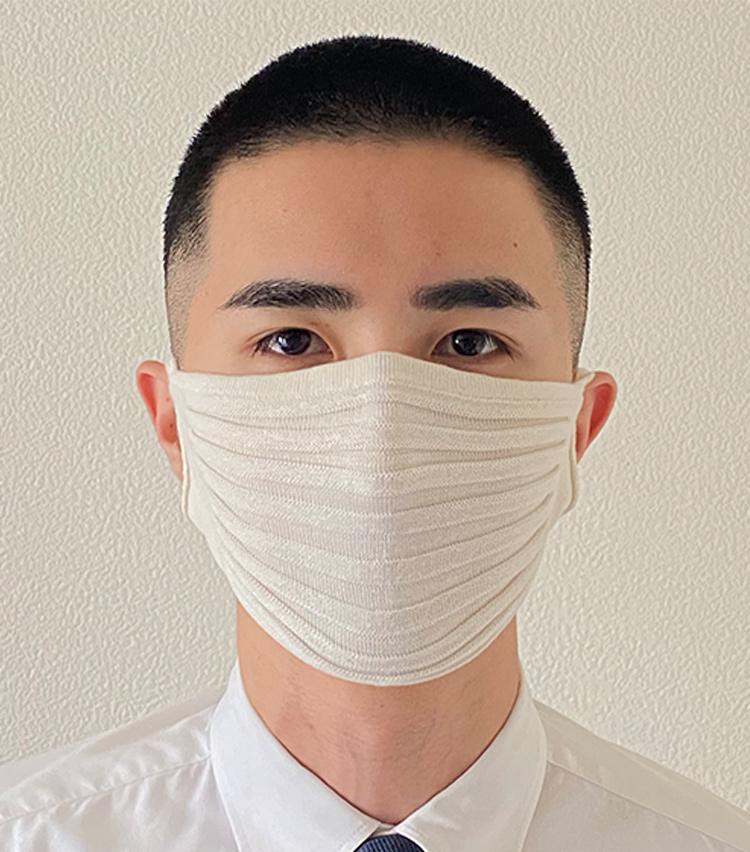 <p><strong>石川メリヤスの「ニットのプリーツマスク(シルク)」</strong><br /> <strong>M.E.新入部員が着用してみた①</strong> <br /> 生地に凹凸があるため、顔にベタッと張り付く感じがしない。無縫製なので縫い目が肌にあたらないこともポイントだ。</p>