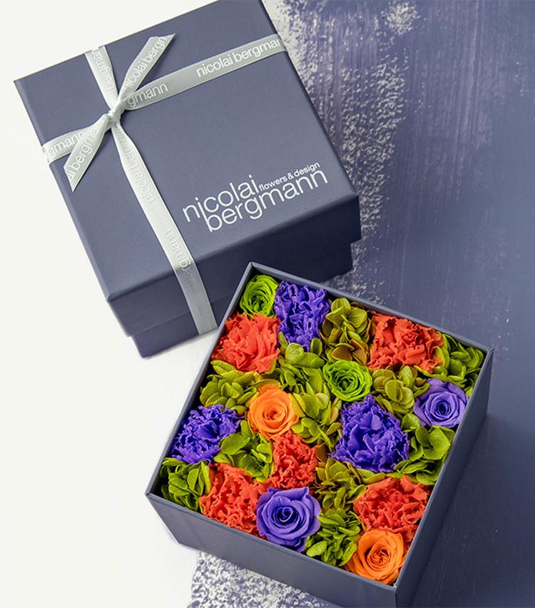 <p><B>ニコライ バーグマン フラワーズ & デザイン</B><br /> 横浜をイメージしてデザインされた、色鮮やかなフラワーボックス。色彩の見事なハーモニーがたまらない。1万円</p>