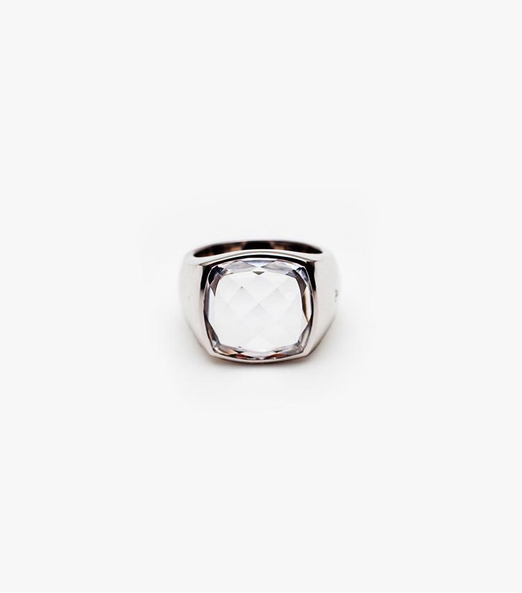 <p><B>トムウッド</B><br /> 大ぶりのクリスタルが印象的なトムウッドのリングを先行発売。シンプルながら、確かな存在感だ。7万4800円</p>