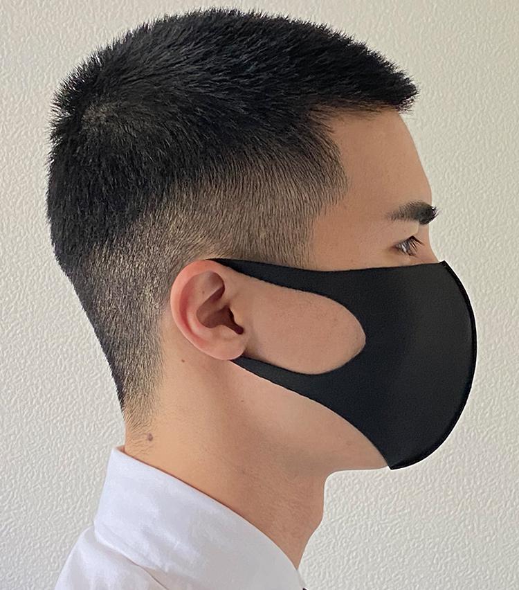 <p><strong>ヤギの「EITORE(エイトワール)」</strong><br /> <strong>M.E.新入部員が着用してみた②</strong><br /> 耳紐部分も程よく伸縮性があるので、耳が痛くなりにくい。</p>