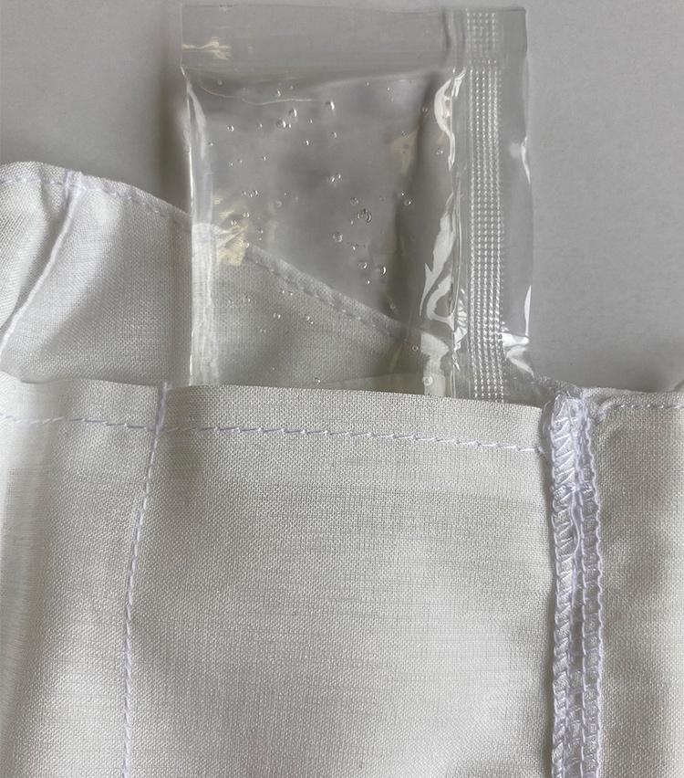 <p><strong>丸井織物の「冷感夏マスクwith特製冷却ジェル」</strong><br /><strong>素材感・手触り</strong><br /> ポリエステル素材のさらっとした生地感。冷却ジェルとフィルター用のポケットがある。</p>