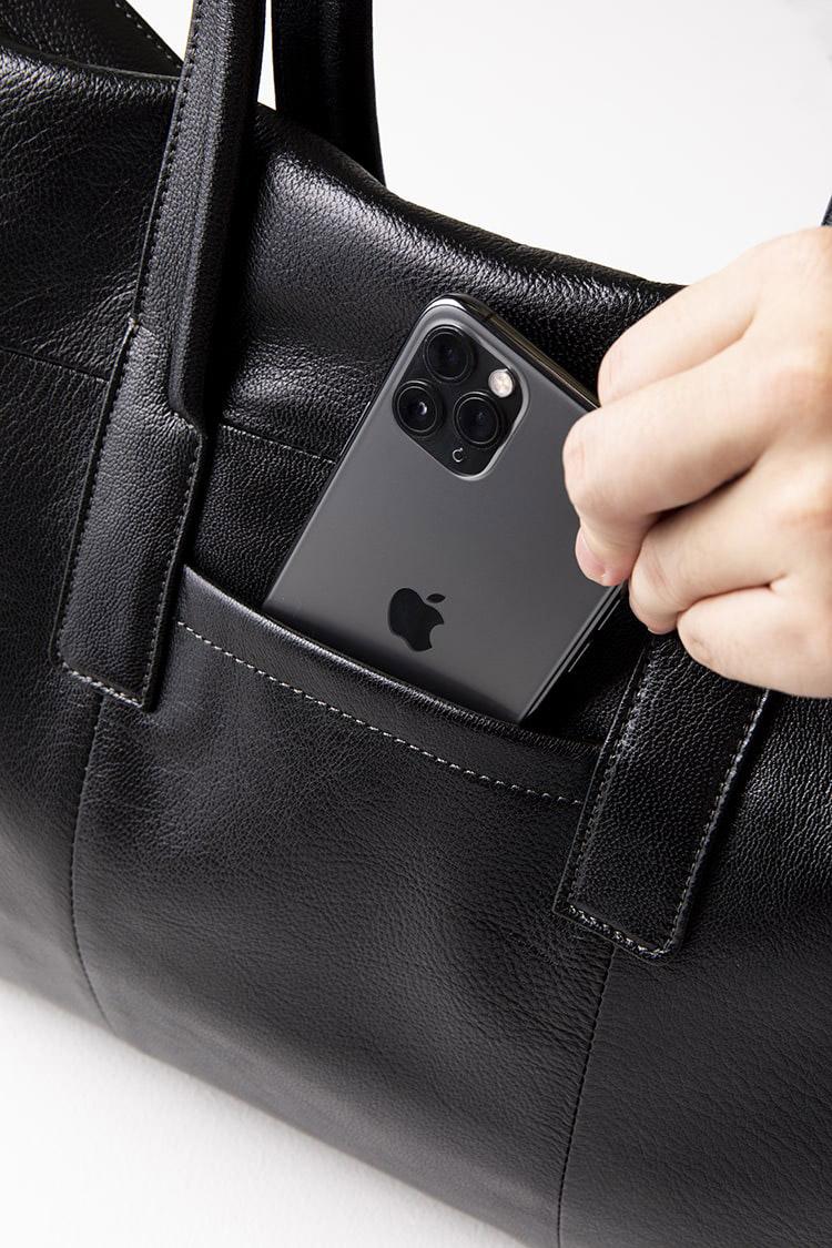 <p><b>スマホ収納に便利なポケットも</b><br /> <br /> 背面にはスリット状のオープンポケットを装備。携帯や交通系ICカードなど、頻繁に出し入れてする小物類の収納に便利だ。</p>