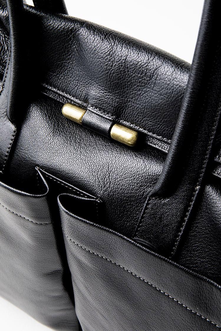 <p><b>同ブランドのアイコンもシックに、しっかりと</b><br /> <br /> ブランドのアイコンとも言える真鍮鋳物の重厚な金具がアクセントに。型の細部までオリジナルにこだわった、作り手が丹精を込めた意匠だ。</p>