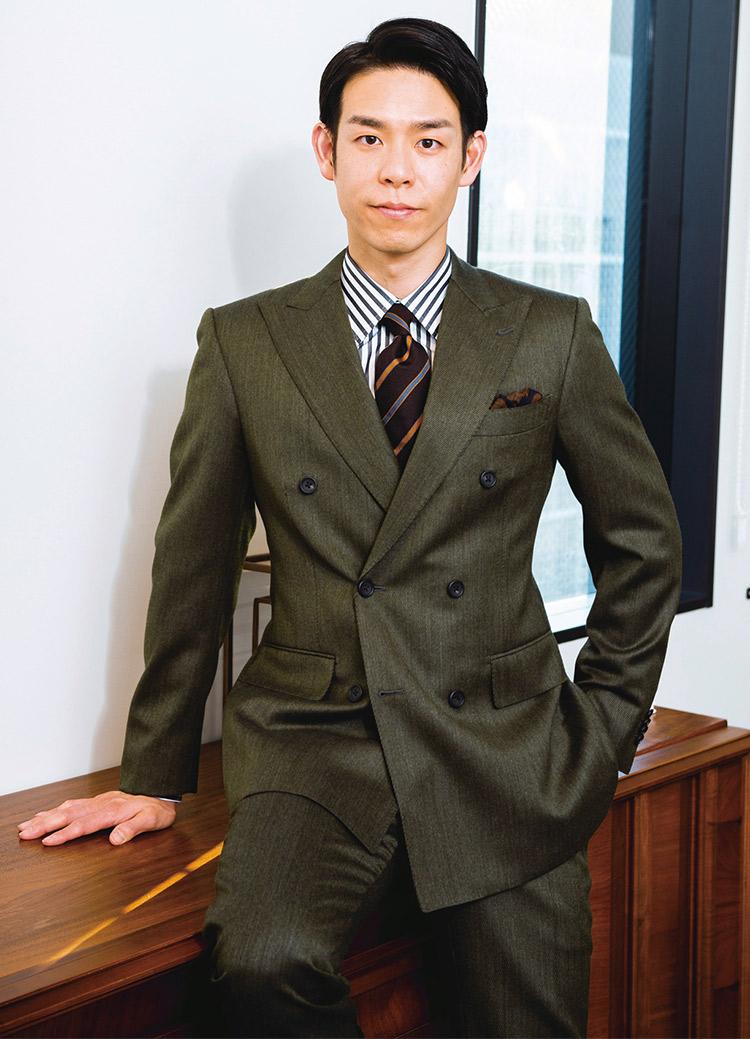 きちんと見えて洒脱さを纏えるグリーンスーツコーデのジェレミーさん
