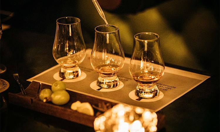 <p>アルコール度数はそれぞれ高めだが、スポイトで2、3滴水をたらすと、不思議とまろやかになり、香りにも華やかさが増す。少量の水を加えることで、香りと味わいの変化を楽しむことができる。</p>