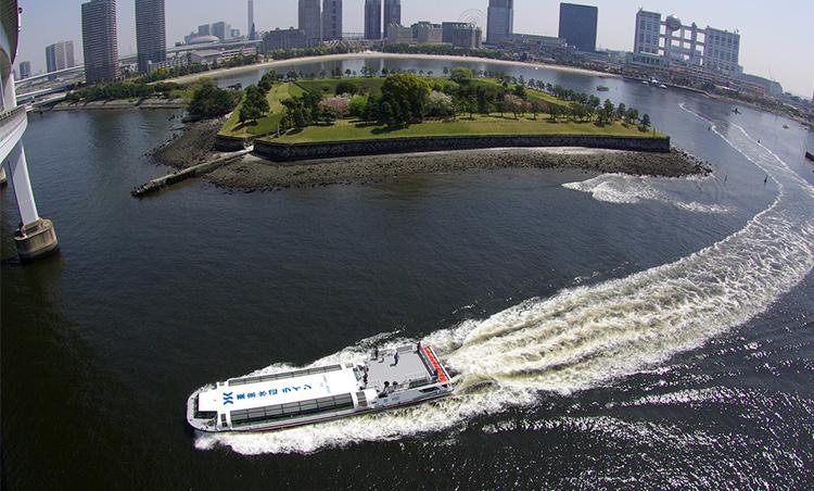 <p>水上バスでは竹芝地区船着場(ウォーターズ竹芝前)より四季折々の風景を楽しみながら約30分の乗船が体験できる。</p>