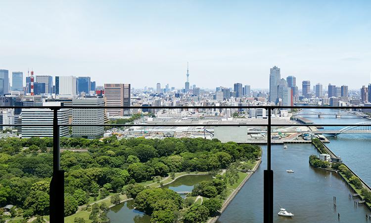 <p>浜離宮恩賜庭園側に位置する客室のバルコニーからのビュー。都内でこの眺めが楽しめるのはメズム東京だけだ。</p>