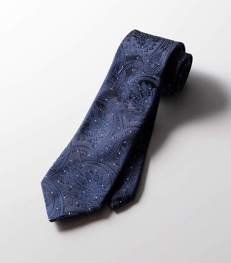 <p><strong>エトロ/ネイビーペイズリー×シルバードット</strong><br />こちらはネイビー×ブルーのペイズリー柄。そこにシルバーのマイクロドットをあしらっているのがユニークだ。ドレッシーな表情かつ、色気も感じさせる佇まいは、定番のネイビースーツに合わせてアクセントとするのがおすすめ。2万3000円(エトロ)</p>