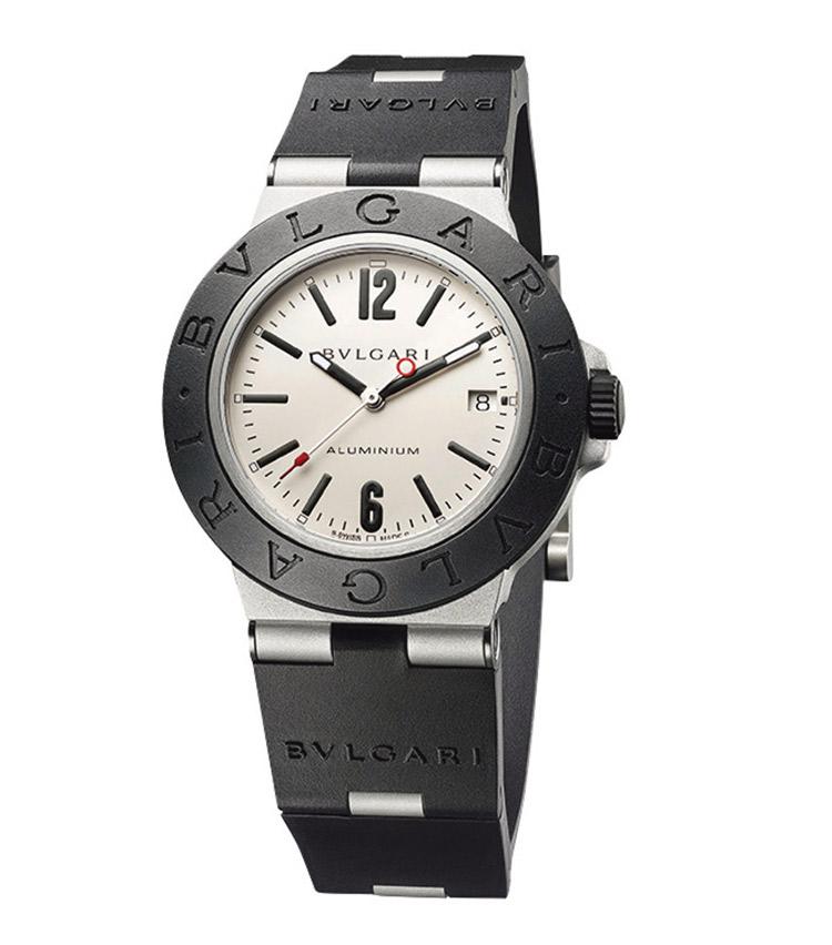 """<p><strong>BVLGARI/ブルガリ<br /> 【ブルガリ アルミニウム】</strong><br /> 1998年、軽量腕時計をいち早く発表し一世を風靡した、""""アルミニウム""""が復活! ケースを少し拡大しアクティブな印象に。自動巻き。径40㎜。アルミニウムケース。アルミニウム+ラバーブレスレット。31万5000円(ブルガリ ジャパン)</p>"""