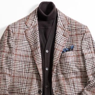 ジャケットの装いを大人らしくする、インナーの重ね着テクは?【1分で出来る胸元お洒落】
