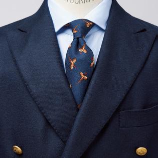 誠実な印象のネイビースーツにプラスアルファ【1分で出来る胸元お洒落】