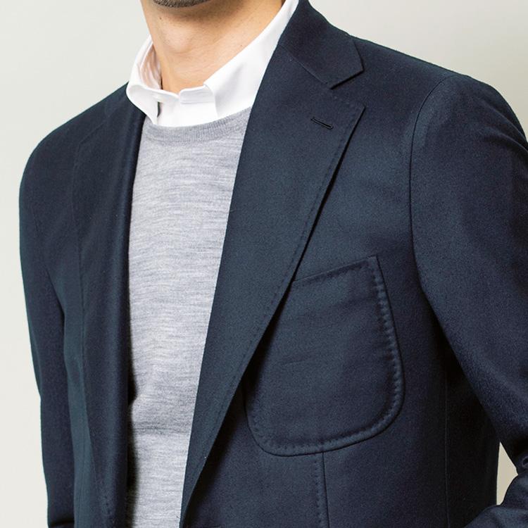<p><strong>3位<br /> オンの紺ジャケ&白シャツを休日に着回すには?【1分で出来る胸元お洒落】<br /> </strong></p> <p>普段、仕事で着用している紺ジャケと白シャツの装い。こんなベーシックなビジネスウェアもひと工夫するだけで休日スタイルに活用ができる。それが、写真のようにクルーネックのニットをシャツの上に重ねる着方。白シャツの見える部分が襟だけになり、きちんと感を残しつつも堅苦しい印象が緩和される。また、Vネックのニットに比べ、クルーネックのほうがよりカジュアルダウンされた印象になり、休日に相応しい抜け感も生まれるのだ。<small>(MEN'S EX 2021年1・2・3月合併号掲載)</small></p>