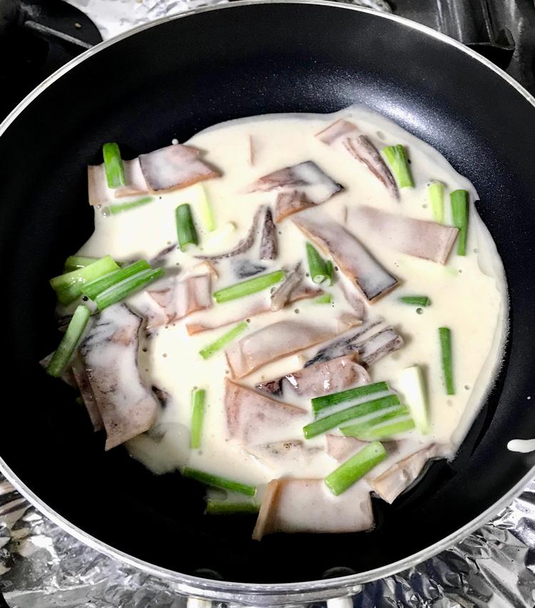<p>7. フライパンを温め、サラダ油を適量入れます。お玉に1杯の生地を流し込み、軽く焼き色がつくまで焼く。</p>
