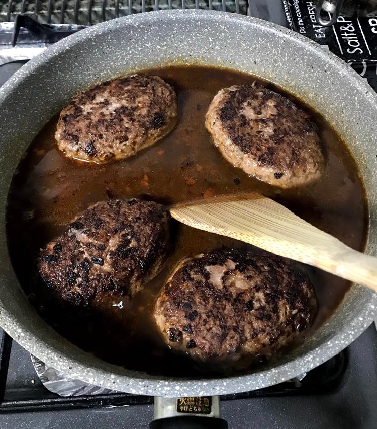 <p>15. 先程のソースを入れ、フライパンの底もよくこそぎます。蓋をして5分ほど火を入れる。</p>