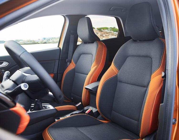 <p>シートが15mm長くなり、より包み込む構造となった。後方視界を向上させるため、後席のヘッドレストは細く設計されているという。</p>