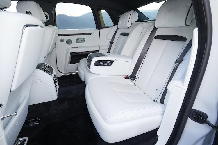 <p>標準モデルでも後席は十分以上の広さ。2座と3座が選択可能となっている。100kg以上の防音材を用いて静粛性を高めている。</p>