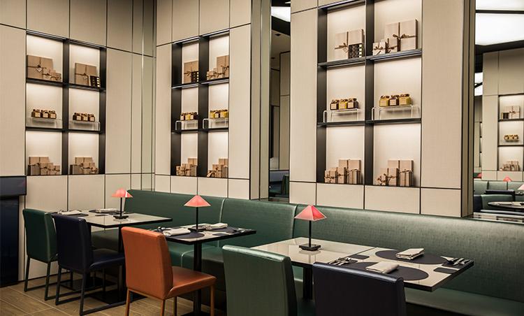 <p>エンポリオ アルマーニ カフェの店内</p>