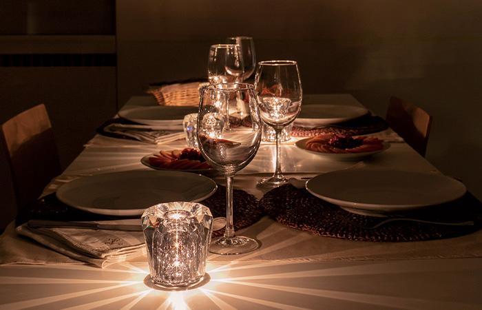 食卓をレストランのようにドラマチックに照らす