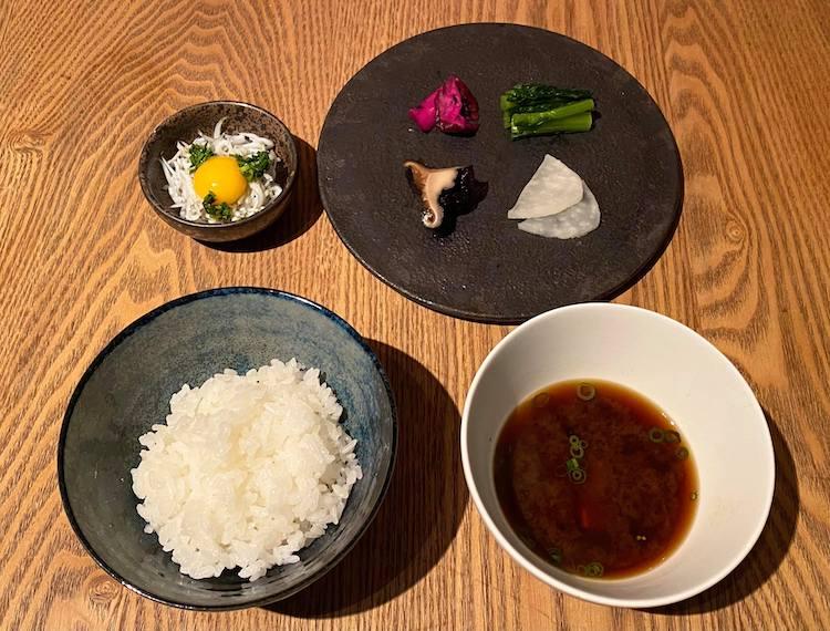 ご飯膳、炊き立てご飯と赤味噌の味噌汁