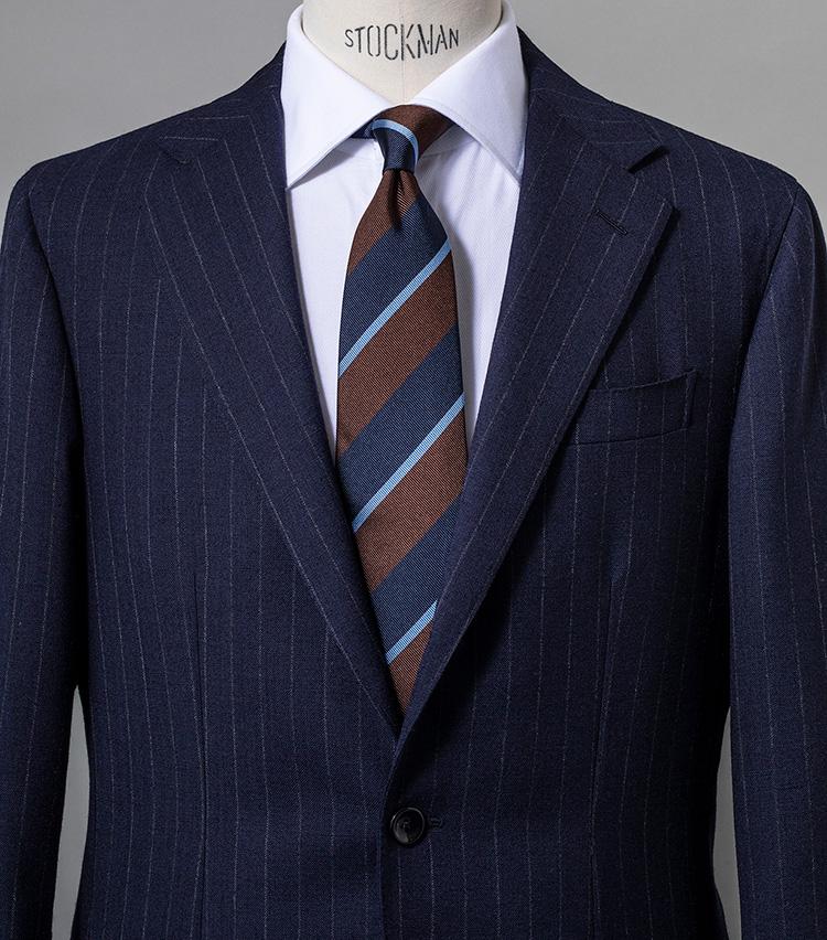 <p><strong>このタイなら鉄板のアズーロ・エ・マローネも簡単</strong><br /> イタリアの洒落者が好むアズーロ・エ・マローネ(青×茶)にならった色合わせ。ロイヤルブルーが全身をきりりと締めるアクセントになっている点にも注目を。スーツ25万円/ジャンフランコ ボメザドリ、シャツ3万6000円/ルイジ ボレッリ(以上バインド ピーアール) ※タイは上の画像[左]と同じ。</p>