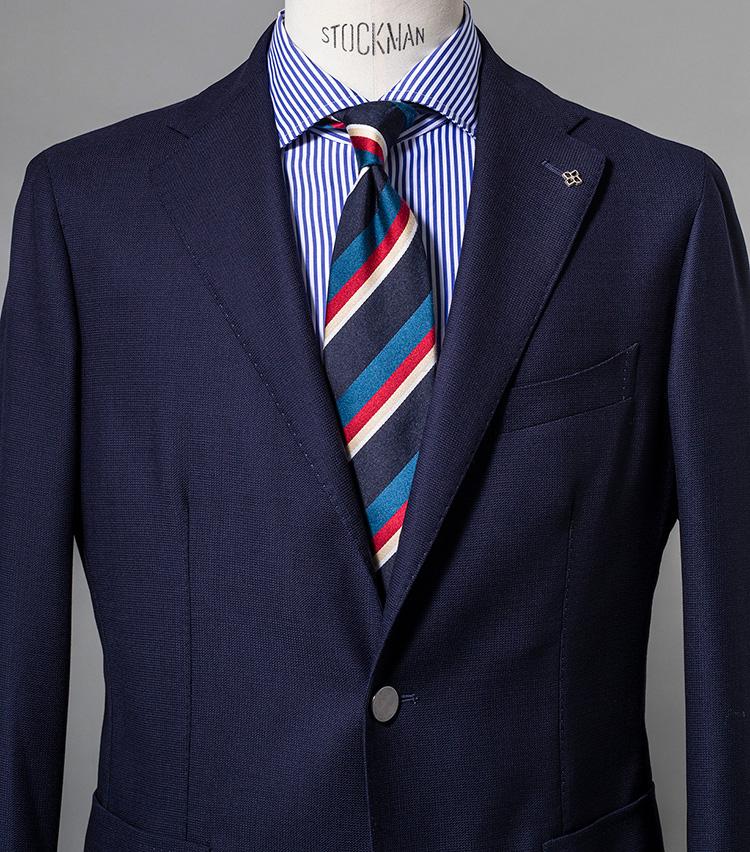 <p><strong>ベーシックなネイビーJKでスキッと端正に</strong><br /> タイのネイビーとブルーを拾ってジャケットとシャツをコーディネーション。これでボトムスを白やベージュのパンツとすれば一気にフレンチテイストが高まるだろう。ジャケット8万6000円/タリアトーレ、シャツ2万4000円/バグッタ(以上トレメッツォ) ※タイは上の画像[左]と同じ。</p>