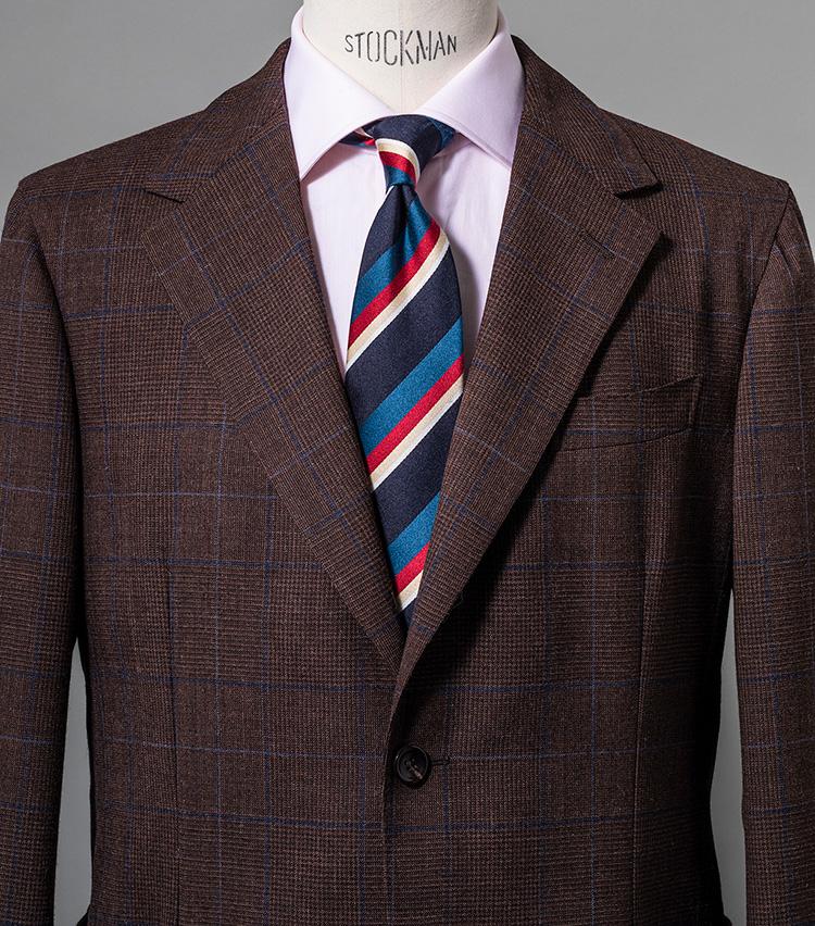 <p><strong>茶とピンクでタイの赤をエレガントに表現</strong><br /> こちらはタイの赤を拾い、赤みの強いブラウンスーツとコーディネート。シャツをピンクとしたことでぐっとエレガントさが強まり、パーティや会食にも相応しい華やぎを獲得。スーツ23万円/エルネスト、シャツ3万6000円/ルイジ ボレッリ(以上バインド ピーアール) ※タイは上の画像[左]と同じ。</p>