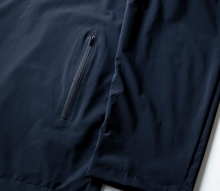 <p><strong>止水ジップだから急な雨でも安心</strong><br /> ジャケットの腰ポケットは、中に入れた携帯や財布など、ポケットの中身が不意に飛び出す心配のないファスナー式になっている。さらに、急な雨に見舞われたとしても、止水ジップ仕様なので、ポケット内に水が浸入し、収納したモノを濡らしてしまうこともないから安心。ビジネス時の移動が思いのほかスムーズに行える。</p>