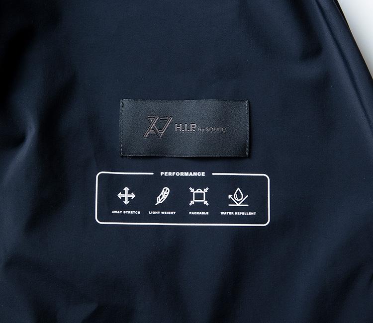 <p><strong>ビジネスシーンをサポートする多彩な機能が満載</strong><br /> ビジネスシーンにおいてストレスなく着用できるよう、機能性を充実させた素材使いや作りを実現。全方位に伸縮する4WAYストレッチをはじめ、超ライトウエイトな撥水生地の採用で、長時間の着用を快適に。さらに、鞄にも忍ばせやすいパッカブル仕様となっており、クラッチバッグのように気軽に持ち歩くこともできる。</p>