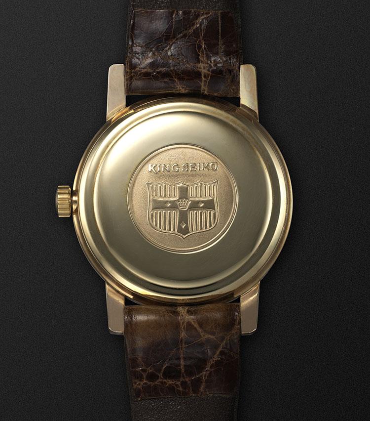 <p>裏蓋に装備されたゴールドメダリオン。風格ある盾の紋章がデザインされている。</p>