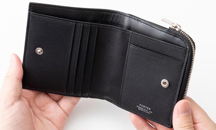 <p>《ポーター/内装》<br /> 内装にも贅沢にステアレザーを使用。カードポケット5つ、札入れを1つ備えるシンプルな構造に。</p>