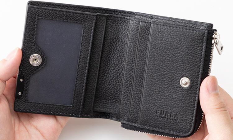 <p>《フルラ/内装》<br /> 窓付きポケットが装備され、左に2ヵ所、右に3ヵ所、合計5枚のカードを収納できる。札入れ、フリーポケットも2ヵ所付いて便利に使える。</p>