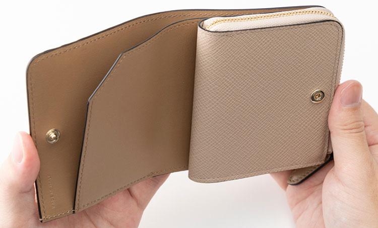 <p>《スマイソン/内装》<br /> 外側にカード入れを3つ、L字型のジップを開いた内側にはカード入れを4つ備える。</p>