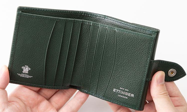 <p>《エッティンガー/内装》<br /> 内装にもゴートレザーを使用したワンカラーのコレクション。片側に4枚ずつ合計8枚のカードを収納できる。</p>