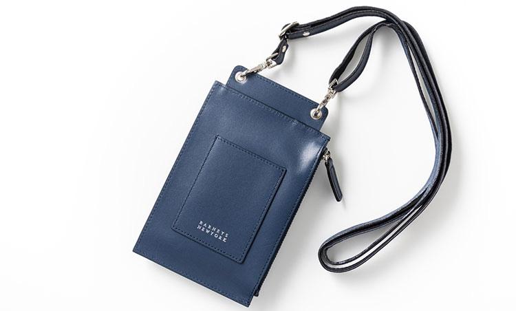 <p>《バーニーズ ニューヨーク/背面》<br /> 背面のカードポケットは、ICカードの収納に最適。</p>