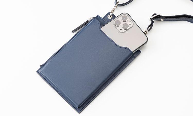 <p>《バーニーズ ニューヨーク/スマホポケット》<br /> 手前のスマホポケットはマチ付きで、出し入れがスムーズ。</p>